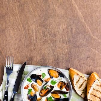 Cozze piatte in salsa bianca con copyspace