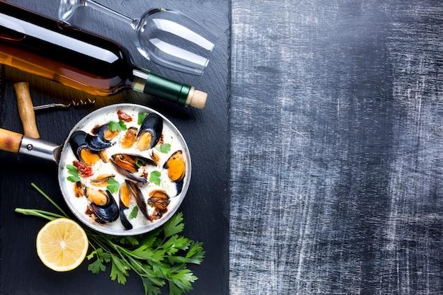 Cozze piatte in salsa bianca e vino con copyspace