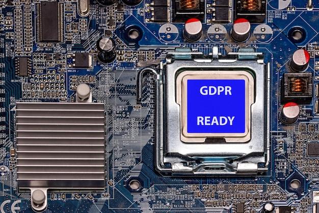Cpu con etichetta gdpr pronta sulla scheda madre del computer