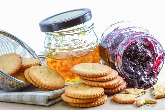 Cracker con marmellata di arancia e marmellata di mirtillo
