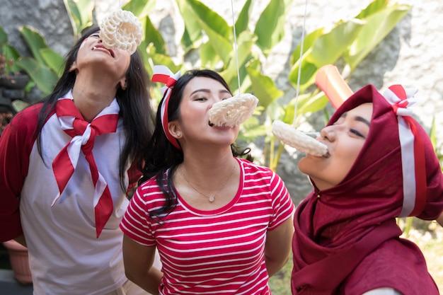Cracker dell'indonesia che mangiano concorrenza