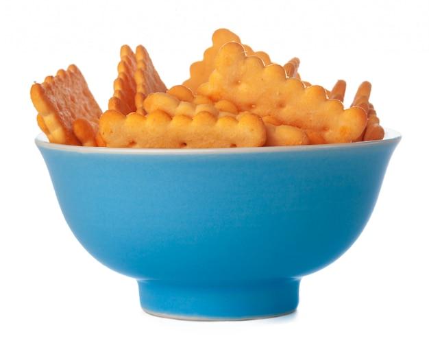 Cracker salati in una ciotola isolata su bianco