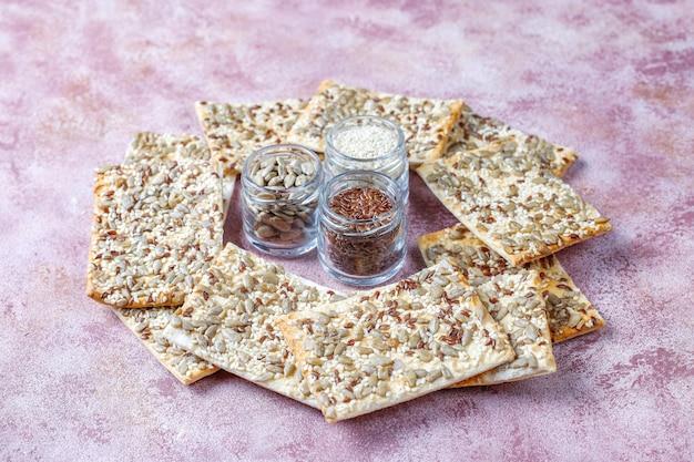Cracker sani senza glutine freschi cotti al forno con i semi.