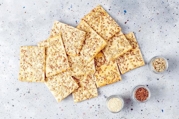 Cracker senza glutine freschi al forno sani con semi.