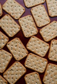 Cracker sul tavolo di legno