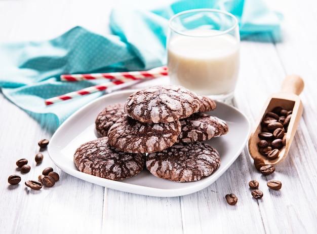 Crackled biscotti al cioccolato su un vecchio tavolo di legno