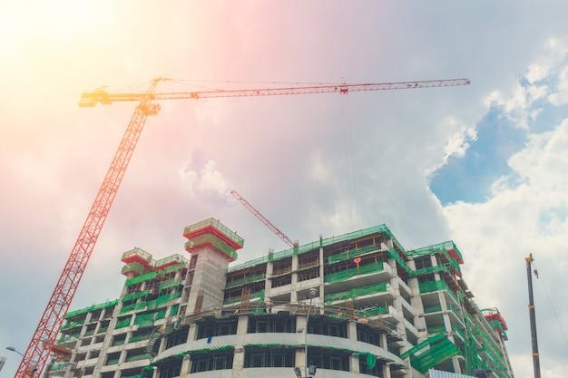 Crain con edificio in costruzione.