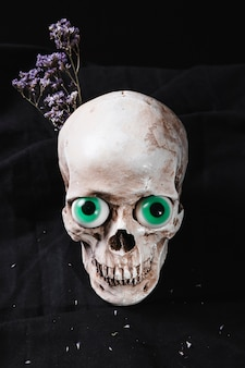 Cranio con occhi e fiori fantasiosi