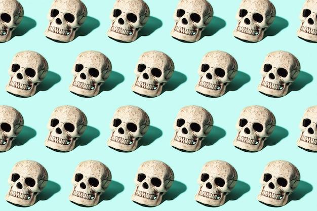 Cranio con una dura ombra su sfondo di menta