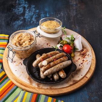 Crauti fritti delle salsicce di maiale. delizioso contorno di salsicce di monaco.