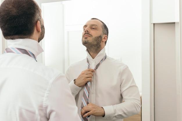Cravatta annodata da uomo