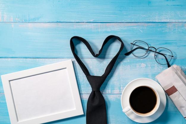 Cravatta con una tazza di caffè e occhiali da vista