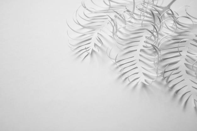 Creativ white paper backgound con foglie di carta