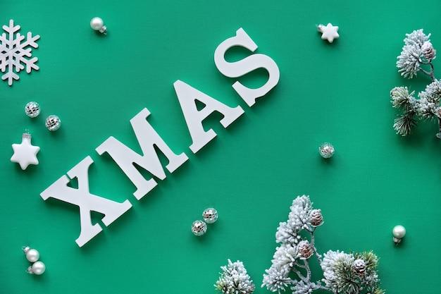 Creative piatto di natale laici con grandi lettere bianche xmas sul tessuto verde.