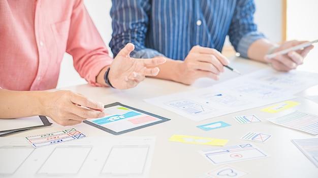 Creative web designer che pianifica l'applicazione e sviluppa il layout del modello