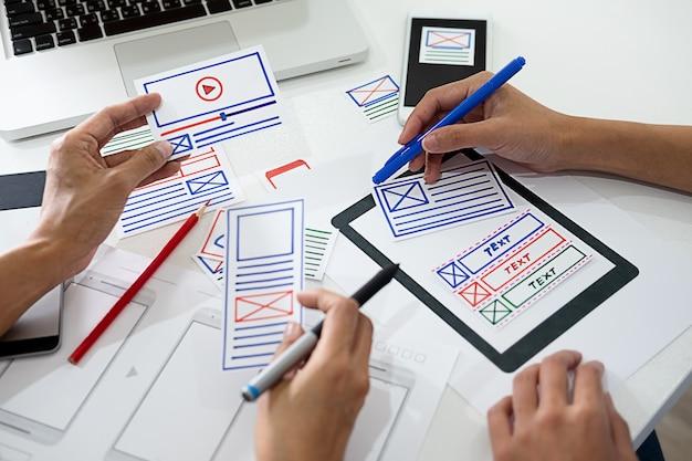 Creative web designer pianifica l'applicazione e sviluppa il framework di layout del modello