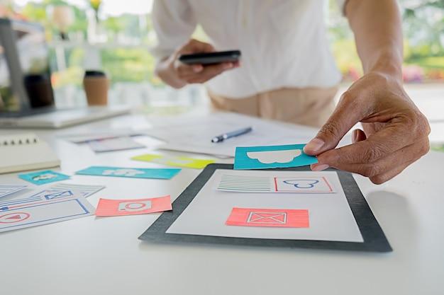 Creative web designer pianifica l'applicazione e sviluppa il layout del modello, framework per telefono cellulare. concetto di esperienza utente (ux).