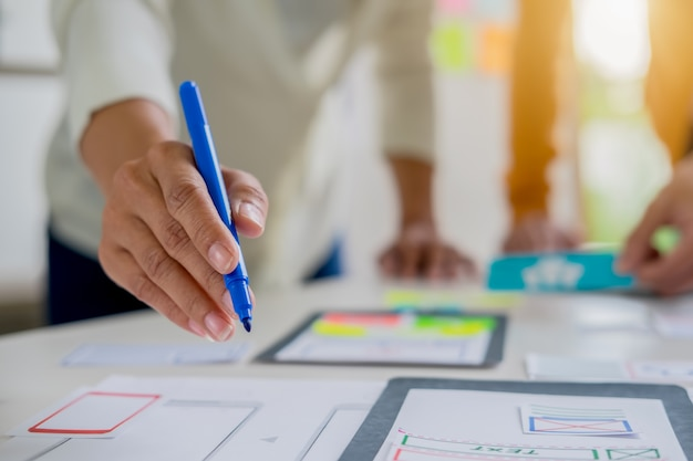 Creative web designer pianifica l'applicazione e sviluppa il layout del modello, framework per telefono cellulare.