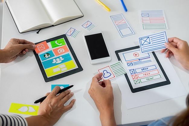 Creative web designer pianifica l'applicazione e sviluppa il layout del modello,