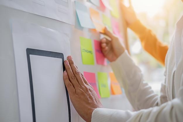 Creative web designer pianifica l'applicazione e sviluppa il layout del modello.