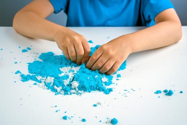Creatività per bambini. giochi di sabbia cinetica per lo sviluppo del bambino a casa. terapia della sabbia.