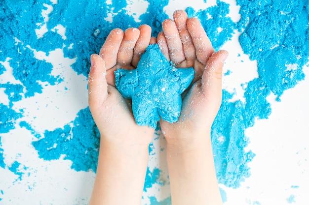 Creatività per bambini. giochi di sabbia cinetica per lo sviluppo del bambino a casa