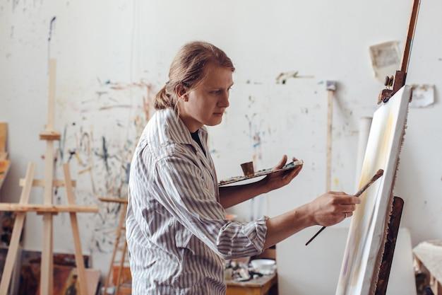 Creativo artista maschile disegno pittura ad olio