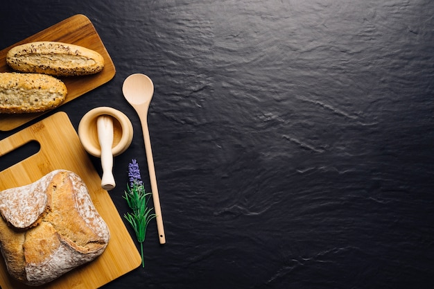 Creativo concetto di cibo italiano con spazio sulla destra