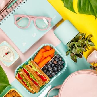 Creativo piatto disteso con pranzo sano e forniture per ufficio