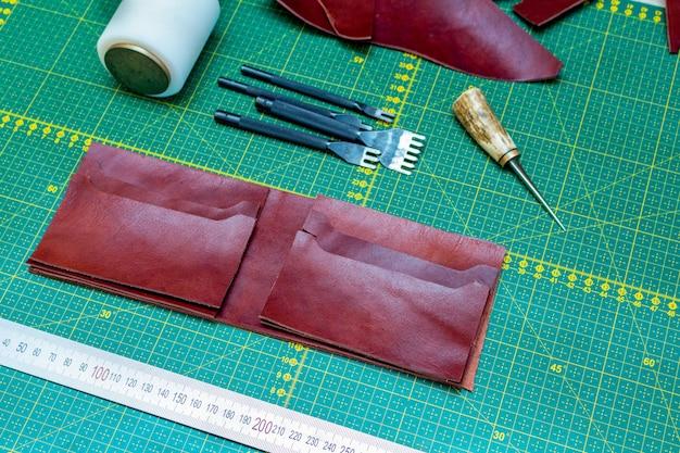 Creazione di portafogli artigianali in pelle cucita a mano. modello, strumenti, pelle