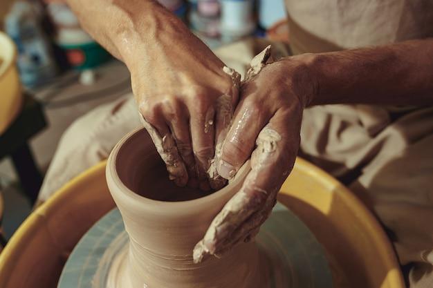 Creazione di un barattolo o vaso di close-up di argilla bianca. mastro coccio.