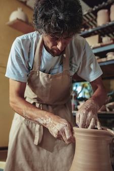 Creazione di un barattolo o vaso di close-up di argilla bianca