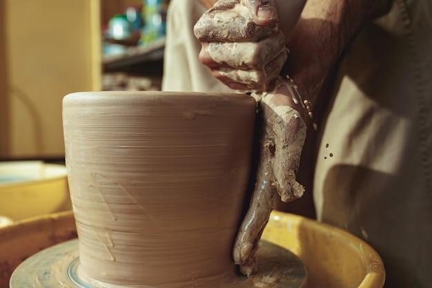 Creazione di un barattolo o vaso di primo piano di argilla bianca. maestro coccio.