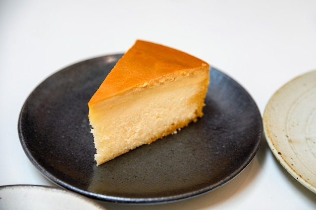 Crema alla crema cheesecake sul piatto cemarico