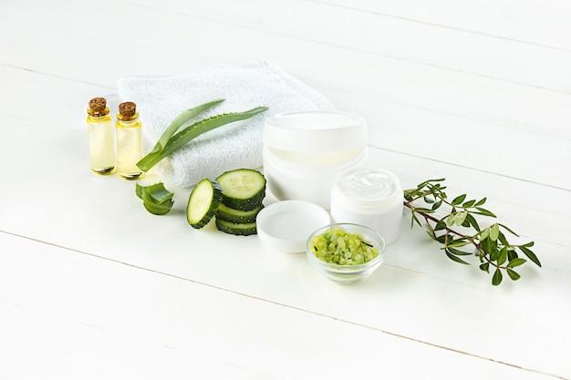 Crema cosmetica al cetriolo e aloe, lozione idratante per l'igiene del viso, della pelle e del corpo