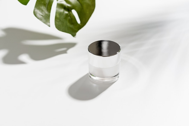 Crema da bottiglia bianca, modello del marchio di prodotti di bellezza