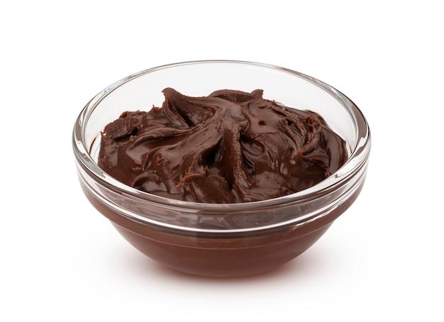 Crema di nocciole al cioccolato in ciotola di vetro, isolato su bianco