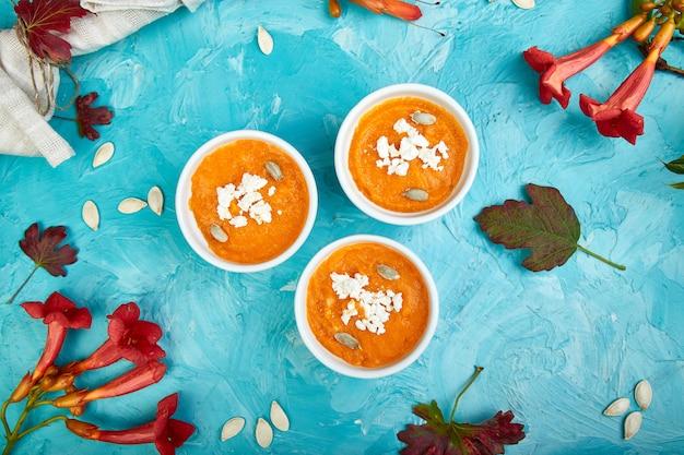 Crema di zuppa di zucca o soufflé. giorno del ringraziamento.
