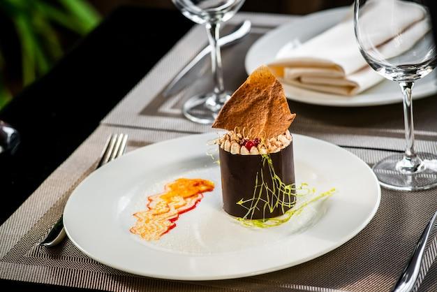 Crema fruttata della bacca del dessert del dolce su un piatto