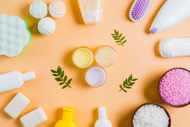 Crema idratante con foglie al centro del prodotto cosmetico