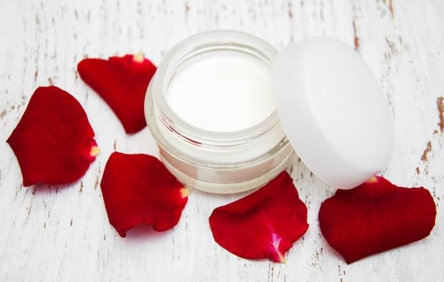 Crema idratante e petali di rosa