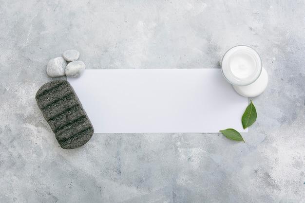 Crema naturale sul tavolo