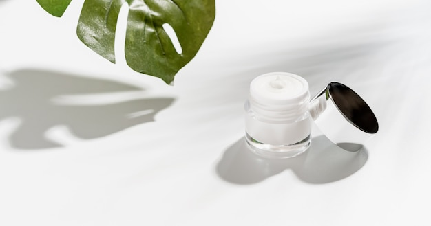 Crema per bottiglie bianca, modello del marchio di prodotti di bellezza.