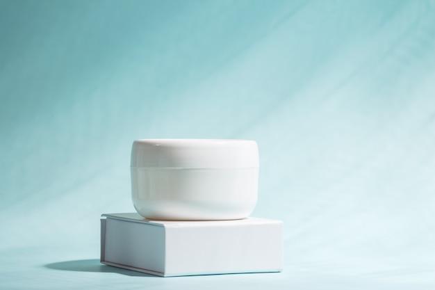 Crema per la cura della pelle del viso e del corpo con minerali marini. copyspace.