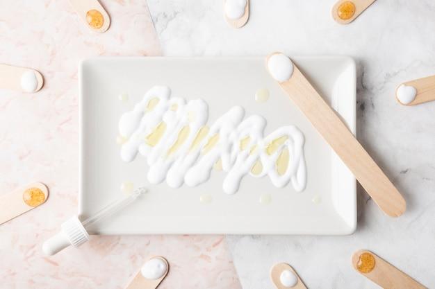 Crema per la cura della pelle vista dall'alto sul piatto