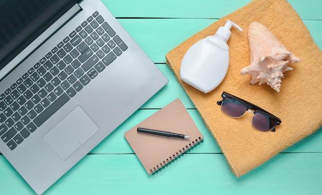 Crema per laptop, asciugamano, blocco note, occhiali da sole, conchiglia e crema solare