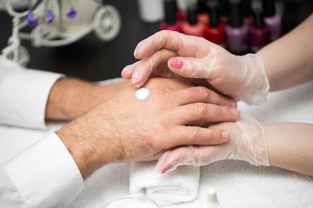 Crema per le mani. massaggio dopo la manicure.