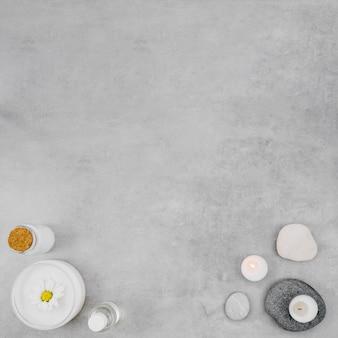 Crema piatta laici e candela con copia spazio