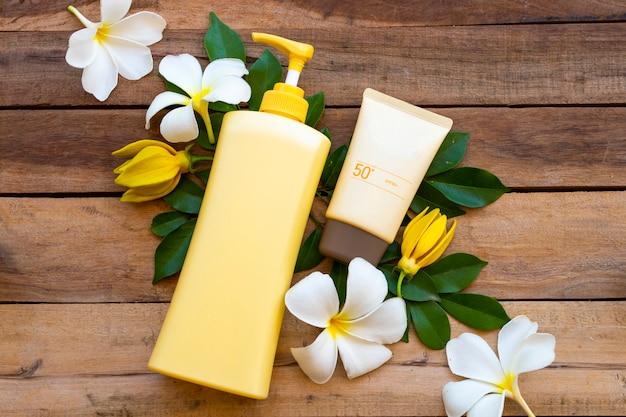 Crema solare spf50 per la pelle del viso con lozione per il corpo cura della pelle del corpo con frangipani di fiori nella stagione estiva