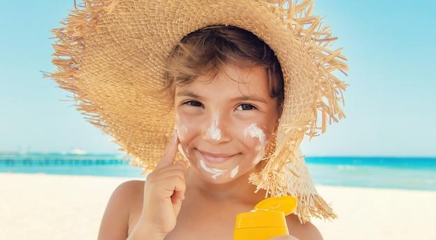 Crema solare sulla pelle di un bambino.
